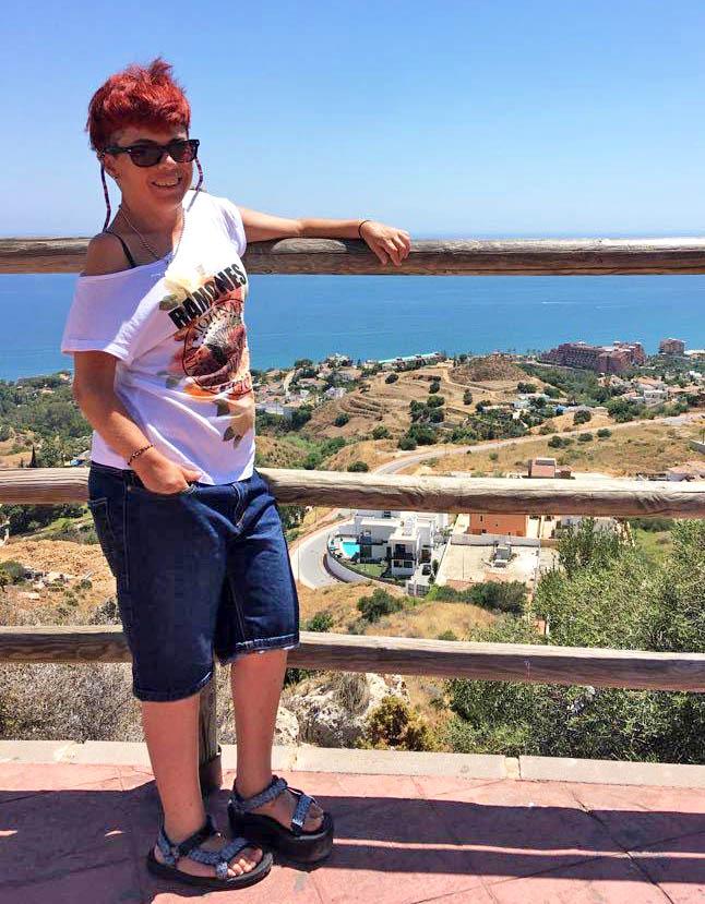 """«Uno de mis momentos clave fue cuando me di cuenta de lo que significaba """"enfermedad crónica"""", no me iba a curar (…) tenia que hacerme """"amiga de la AR"""" y no luchar en su contra ni separarla de mi, éramos una.»: Ana Raya, mujer con Artritis Idiopática Juvenil Poliarticular Seropositiva, en #FFPaciente."""